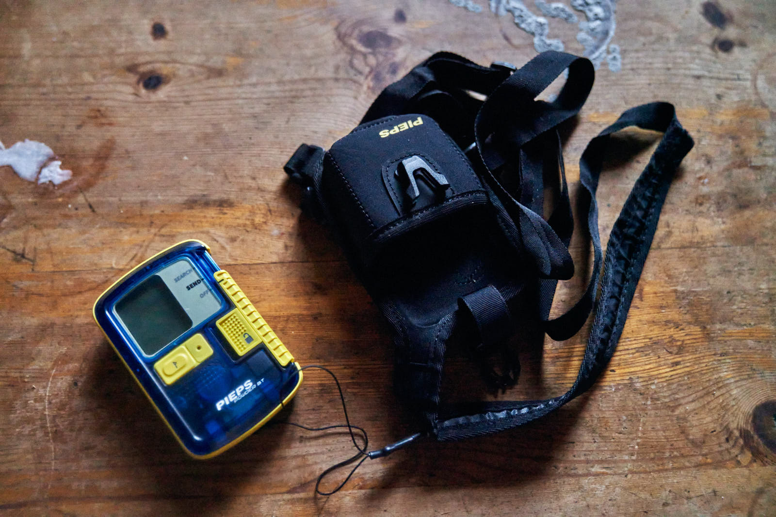How to wear an avalanche transceiver?